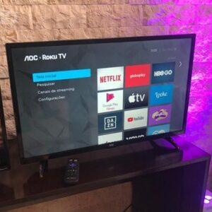 "cupom→( VALE10 ) Smart TV AOC Roku LED 32"" Wi-Fi 3 HDMI 1 USB Controle Remoto com atalhos Roku Mobile Miracast"