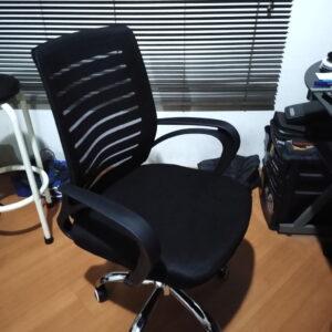 Cadeira De Escritório Preta Com Regulagem De Altura E Base Cromada